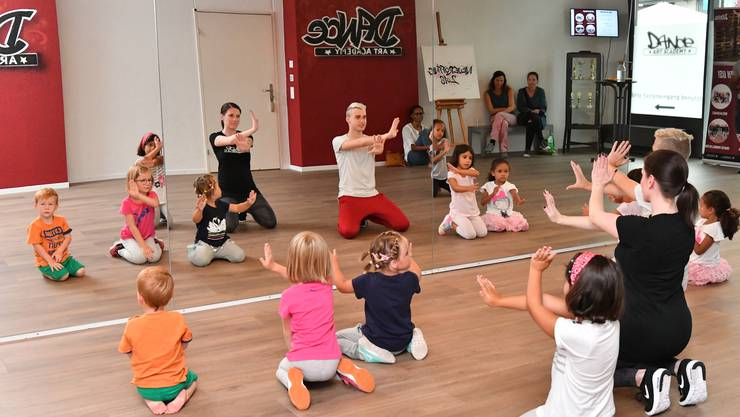 Im neuen Tanzlokal: Denise Baumgartner tanzt bei einer Hip-Hop Kiddies-Lektion mit Leiter Simon Brunner spontan mit.