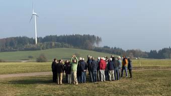 Auf rund 700 Metern über Meer weht der Wind im Ortsteil Reichenbach der Schwarzwälder Gemeinde Freiamt stark genug für eine Windkraftanlage. Im Vordergrund die Schweizer Besuchergruppe vor einem der sechs Windräder.