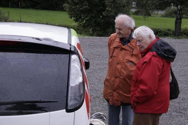 Zwei Besucher betrachten den Citroen der Stadtwerke Osnabrück