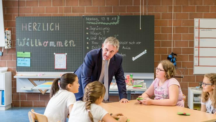Bildungsdirektor Alex Hürzeler in angeregtem Gespräch mit Sechstklässlerinnen aus Rohr anlässlich des ersten Schultages in der neuen Kreisschule Aarau-Buchs.