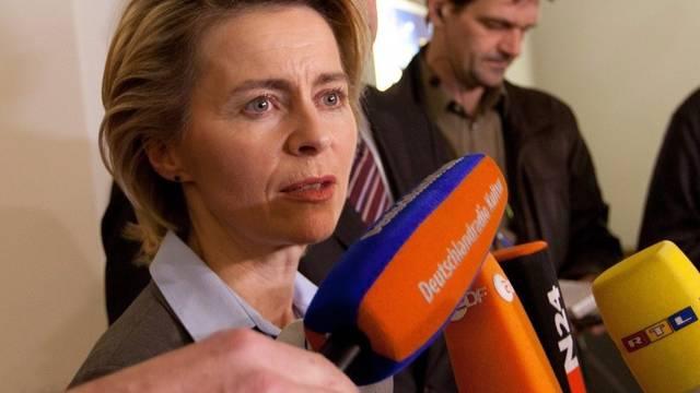 Arbeitsministerin von der Leyen vor der Presse