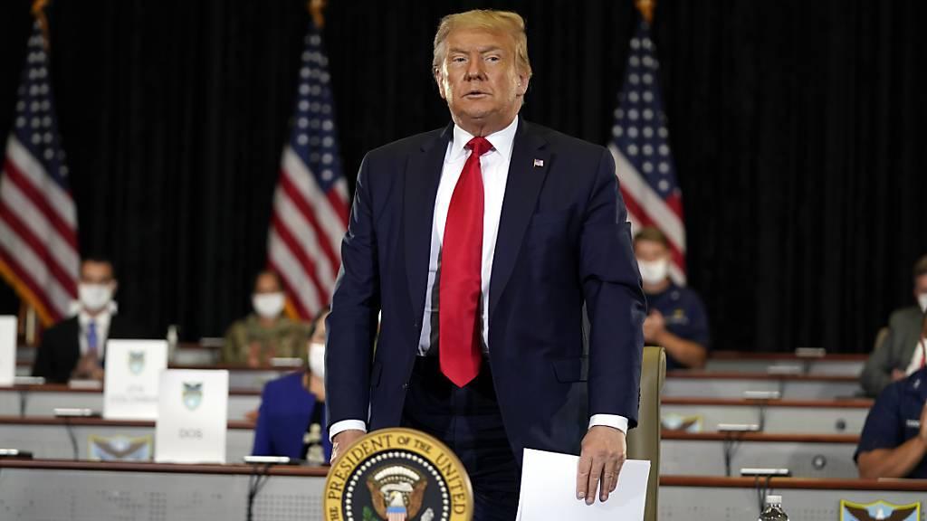 Trump hebt Gefängnisstrafe für Vertrauten Stone auf
