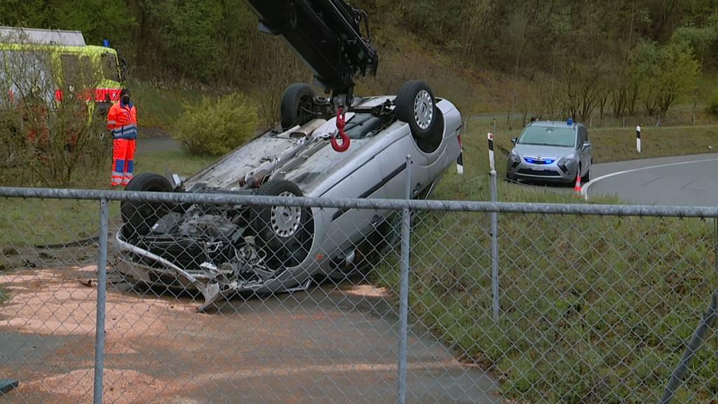 Selbstunfall in Kloten (ZH): 72-Jährige gerät ab der Fahrbahn - Auto überschlägt sich