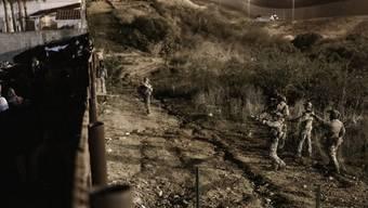 US-Grenzposten setzen zur Abwehr von illegalen Grenzübertritten erneut Tränengas ein.