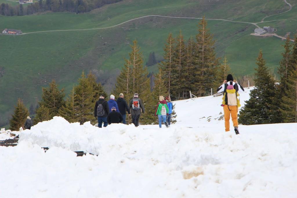 Auf den Wegen zum Gasthaus liegt aber noch viel Schnee. (© Marc Sieger/FM1Today)