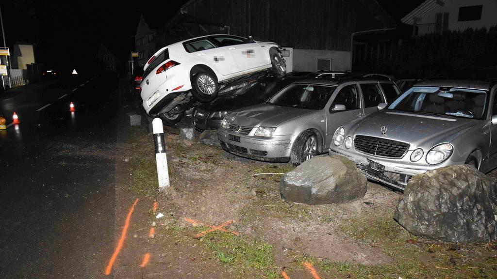 21-Jähriger wird auf parkierte Autos «katapultiert»