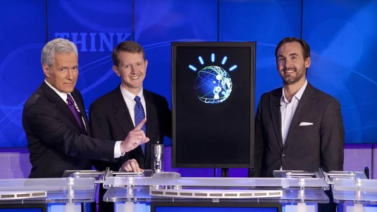 «Jeopardy»-Moderator Alex Trebek mit den Kandidaten Ken Jennings, «Watson» und Brad Rutter.
