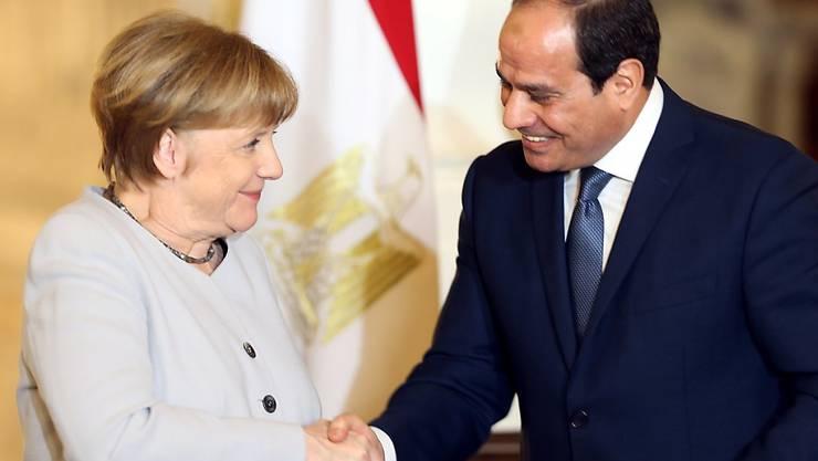 Ägyptens Präsident Abdel Fattah El-Sisi beim Händedruck mit seinem deutschen Gast, Bundeskanzlerin Angela Merkel