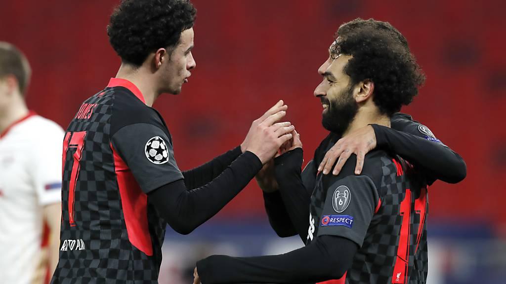 Mohamed Salah (rechts) wird für das Liverpooler Führungstor beglückwünscht