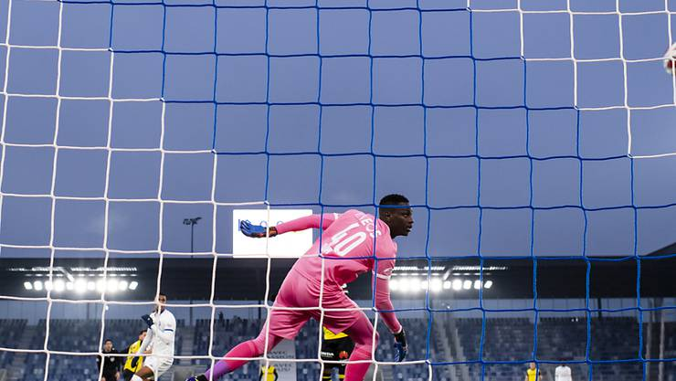 Lausannes Goalie Mory Diaw ist bei der Premiere im Stade de la Tuilière nach einer halben Stunde ein erstes Mal machtlos