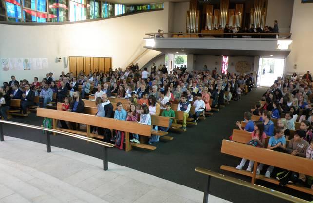In der voll besetzten Kirche singt der Gospelchor The Tune Ups auf der Empore die «Kleinen Gospelmesse» und beschwingte Spirituals.