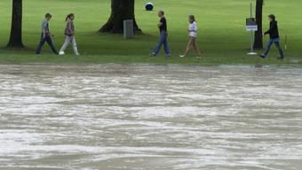Die Hochwasser führende Aare im Berner Eichholz am Dienstag