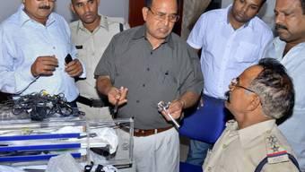 Mediziner Gupta (M.) wird von Polizeibeamten befragt