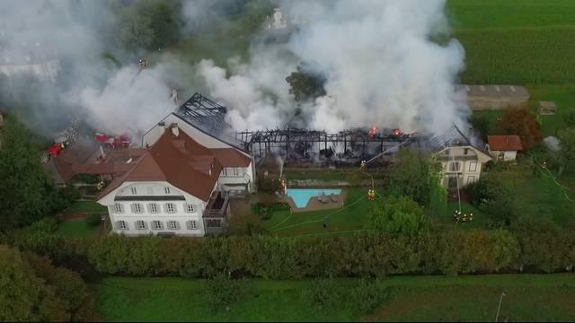 Flammeninferno zerstört Wohnhaus mit Scheune