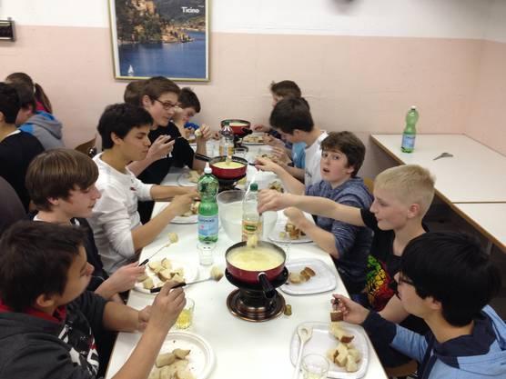 Gemütliches Fondueessen über Mittag