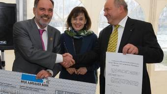 Hanspeter Scheiwiler von Windisch, Nicoletta Brentano-Motta und Daniel Moser von Brugg freuen sich gemeinsam.