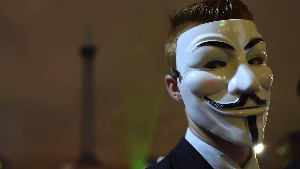 """Die sogenannte """"Guy Fawkes""""-Maske ist das optische Markenzeichen von """"Anonymous"""". (Photo by Ben Pruchnie/Getty Images)"""