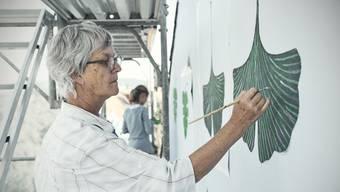 Die Fassade der Lenzgasse 41 wird mit Abbildern von Blättern verschönert.