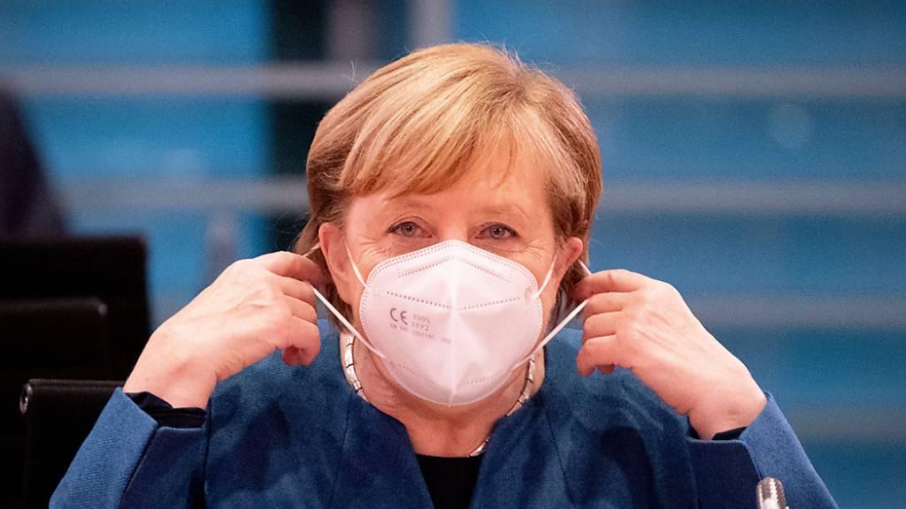 dpatopbilder - Bundeskanzlerin Angela Merkel (CDU) setzt zu Beginn der Sitzung des Bundeskabinetts im Bundeskanzleramt die Mund-Nasenbedeckung ab. Der Bund will mit drastischen Kontaktbeschränkungen die massiv steigenden Corona-Infektionszahlen in den Griff bekommen. Foto: Kay Nietfeld/dpa-Pool/dpa