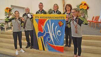 Eine neue Fahne zum Glück: Vereinspräsidentin Sandra Brunner, flankiert von den stolzen Fahnenpaten Hanni Wyss und Cesar Luterbacher, Fähnrich Max Berger sowie die Hornträgerinnen Anja Luterbacher (links) und Sina Gutzwiller.