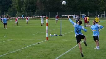 Manuel Vogel (rechts Sandro Hunziker) stand gegen Staffelbach mit seinen überragenden Schlägen im Mittelpunkt.
