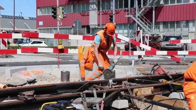 Gruppenleiter Michael Reuter nimmt sich den verschweissten Schienenstoss an der Schlieremer Zürcherstrasse mit der Schleifmaschine vor. 11.08.18
