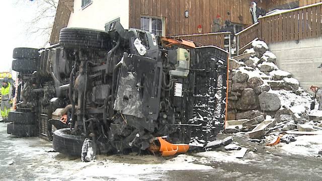 Schneechaos: Salzlastwagen umgekippt