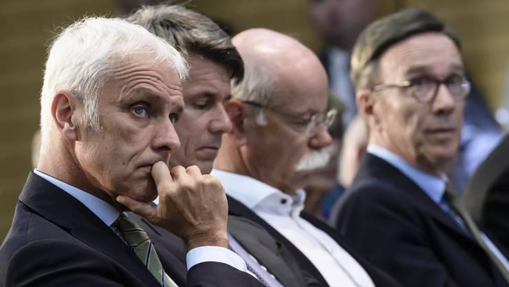 Müssen sich Kritik gefallen lassen: Matthias Mueller, VW-Vorsitzender, Harald Krueger, BMW-CEO, Dieter Zetsche, Daimler-Chef und  Matthias Wissmann, Präsident des deutschen Autoherstellerverbands (von links).