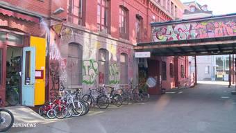 Streit um die Fassade: Umbau der Roten Fabrik verzögert sich. (Archiv)