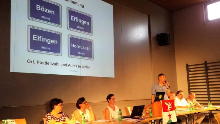 Gemeindeversammlung Effingen: Gemeindeammann Andreas Thommen präsentiert den Fusionsvertrag.
