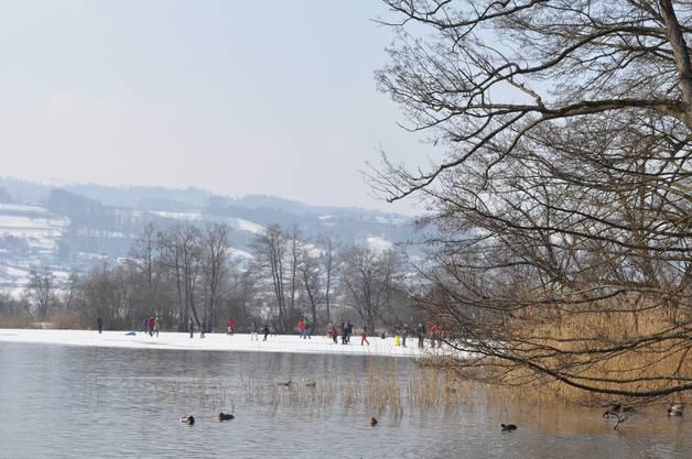 Das Eisfeld ist zu dieser Zeit bevölkert mit Spaziergängern und Eisläufern.