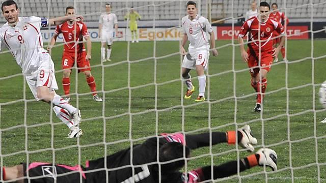 Alex Frei scheitert mit seinem Penalty am Malteser Goalie Haber