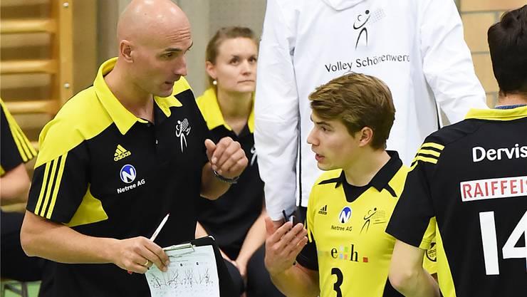 Libero Julian Fischer im Gespräch mit Trainer Zharko Ristoski