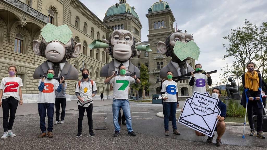 Finanzplatz Schweiz soll klimafreundlich werden: Greenpeace reicht 23'000 Unterschriften ein
