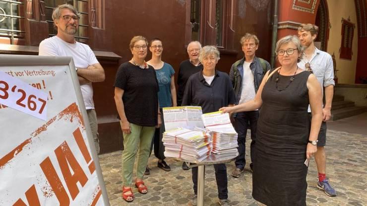 Vertreterinnen und Vertreter der Basler Linksparteien und des Mieterverbands haben am Mittwoch im Basler Rathaus die Unterschriften für ihre neue Wohnschutz-Initiative eingereicht.