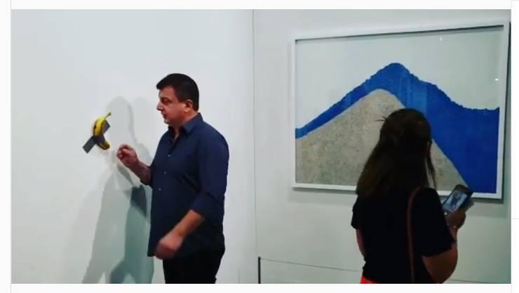 David Datuna isst Kunstwerk (Banane) an der Art Basel Miami