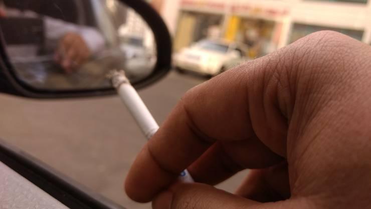 Wie viele Verkehrsunfälle durch Ablenkung beim Rauchen und/oder aus dem Fenster geschleuderte Zigarettenstummel verursacht werden, ist nicht bekannt. (Symbolbild)