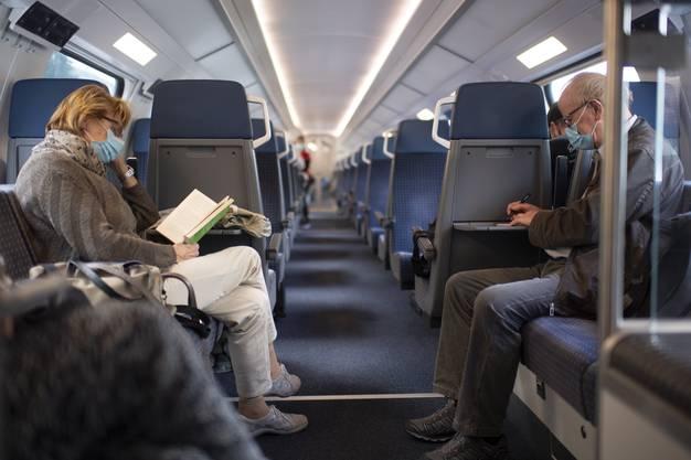 Jeder für sich im Zug - ein Gespräch gelingt aber auch mit Maske.