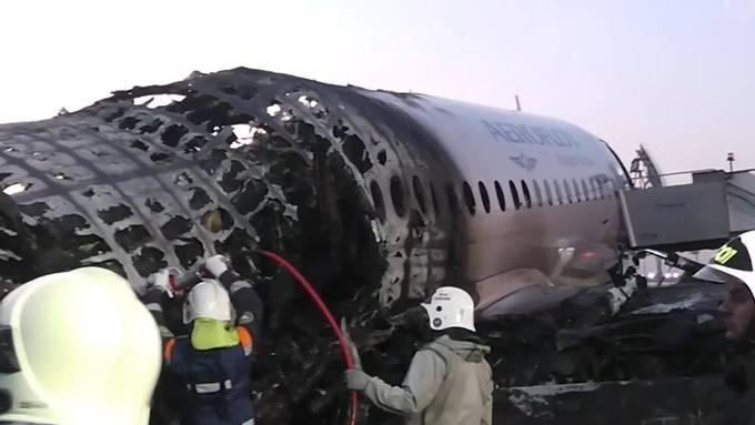 So sieht das ausgebrannte Flugzeugwrack aus