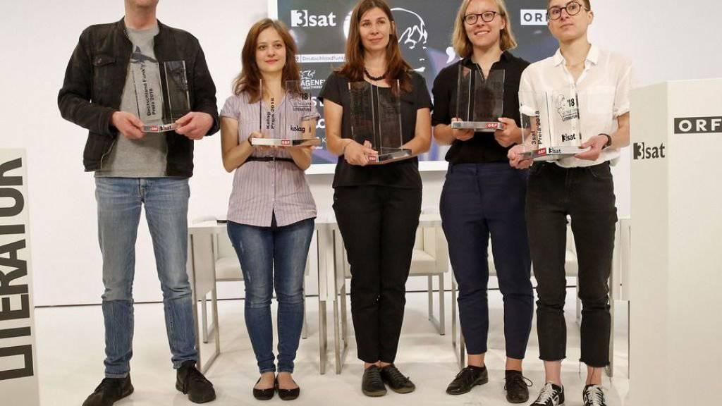 PreisträgerInnen des Bachmann-Wettbewerbs: v.r. die Rorschacherin Anna Stern (3sat-Preis), die Österreicherin Raphaela Edelbauer (Publikumspreis), die Ukrainerin Tanja Maljartschuk (Bachmann-Preis), die Türkin Özlem Özgül Dündar (Kelag-Preis) und der Deutsche Bov Bjerg (Deutschlandfunk-Preis).