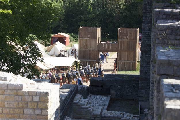 Die Legionäre ziehen sich ins Heereslager zurück.