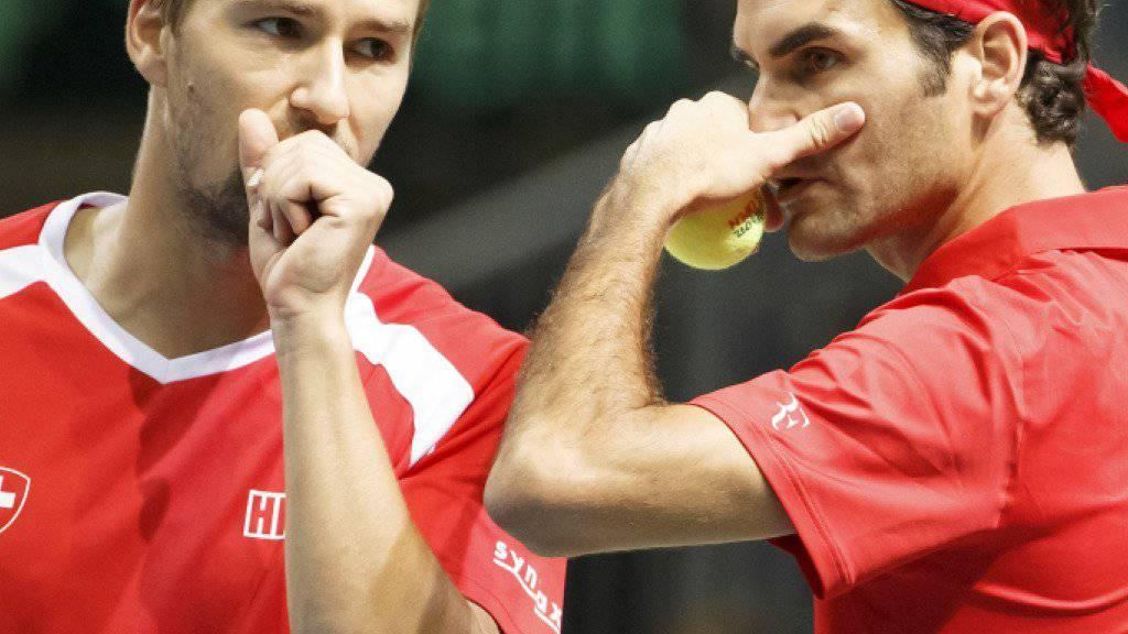 Marco Chiudinelli und Roger Federer sprechen sich ab