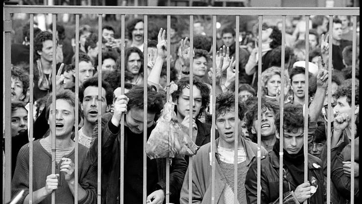 Basler Jugendliche protestieren gegen die polizeiliche Räumung der Alten Stadtgärtnerei.