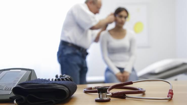 Hat die Patientin CFS? Woher kommt die Krankheit? Wie kann man sie behandeln? Es gibt in der Schweiz kaum Ärzte, die auf das chronische Erschöpfungssyndrom spezialisiert sind.