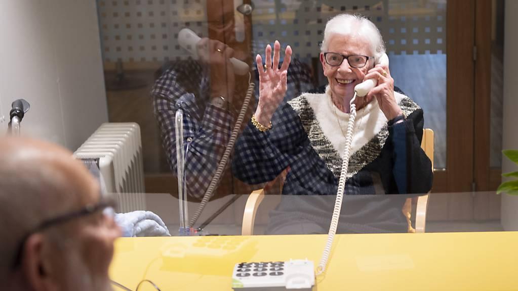 Nach Ansicht des Altersmediziners Andreas Stuck muss es künftig ein nationales Schutzkonzept für Alters- und Pflegeheime geben, um alte Menschen zu schützen. (Archivbild)