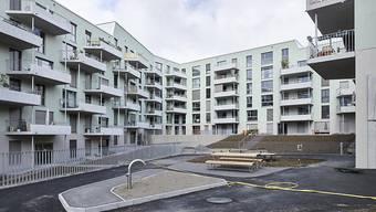 In vielen Regionen der Schweiz gibt es zwar genügend Mietwohnungen, doch fehlt es an billigen Wohnungen. Beim Wohneigentum ist die Nachfrage ebenfalls grösser als das Angebot. Im Bild die städtische Wohnsiedlung Kronenwiese in Zürich.