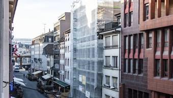 Der Hotelneubau befindet sich mitten in der Basler Ausgangsmeile und ist momentan noch in ein Baugerüst gehüllt.