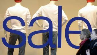 Der Ausverkauf ist vorbei. Die Preise steigen wieder. Vor allem Damenhosen verteuerten sich im September.