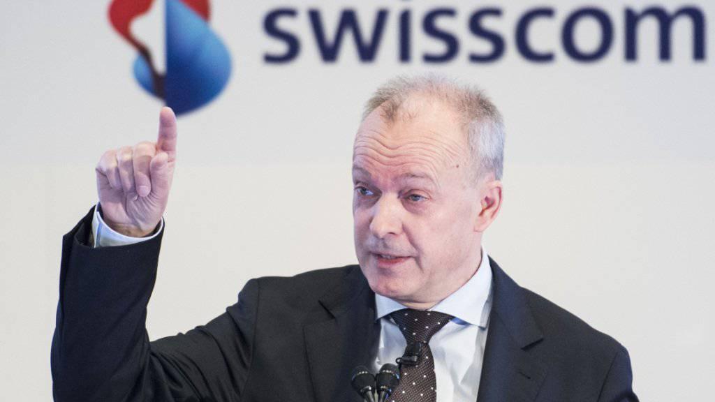 Nach oben: Swisscom-Chef Urs Schäppi freut sich im ersten Halbjahr über einen Gewinnsprung von 6,5 Prozent gegenüber dem Vorjahr. Der Telekommunikationskonzern verzeichnete im ersten Halbjahr einen Reingewinn von 839 Millionen Franken - bei geringerem Umsatz als vor einem Jahr. (Archivbild)
