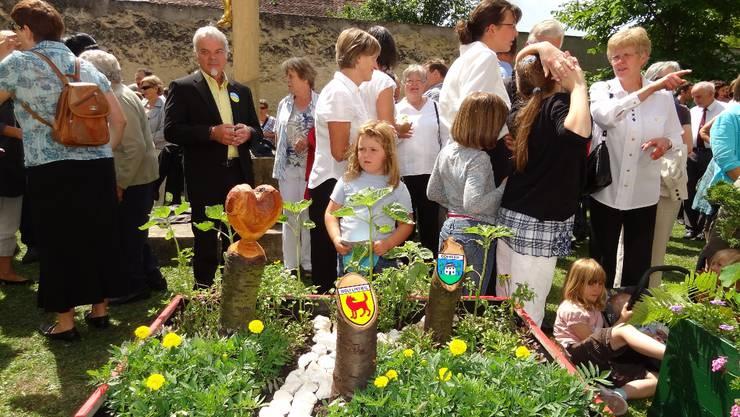 Prämierung der Blumenkisten am Schluss der Natur- und Kulturwoche Wölflinswil-Oberhof am Pfingstsonntag vor der Kirche Wölflinswil.  chr